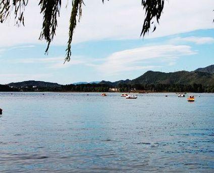 雁栖湖位于京郊怀柔城北8公里处的燕山脚下